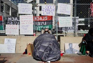 , Protesters Are Chaining Themselves to the Fence Outside Derek Chauvin's Trial, Saubio Making Wealth